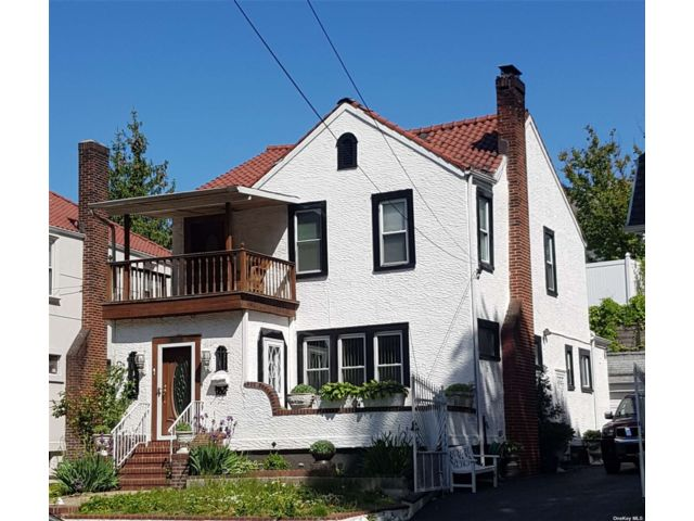 4 BR,  3.00 BTH Colonial style home in Briarwood