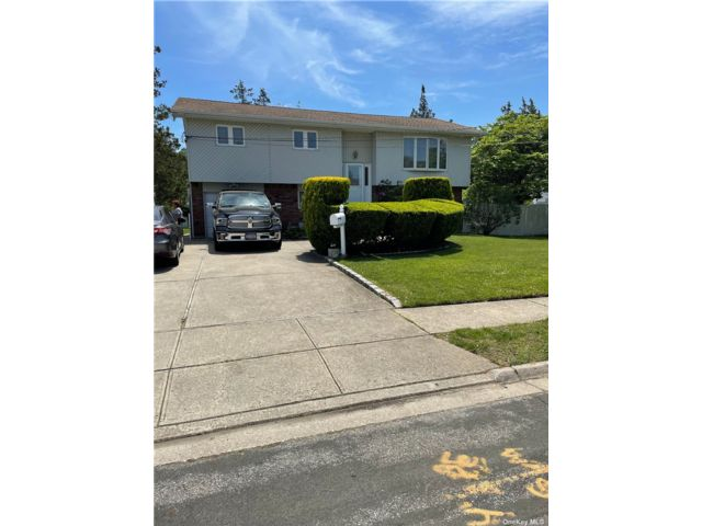 3 BR,  1.00 BTH Apt in house style home in West Babylon
