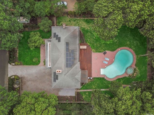 5 BR,  4.00 BTH Colonial style home in East Hampton