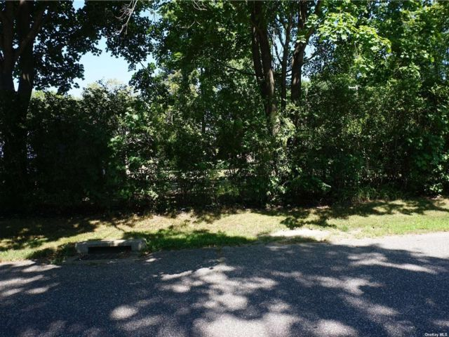 Lot <b>Size:</b> varied Land style home in Eastport