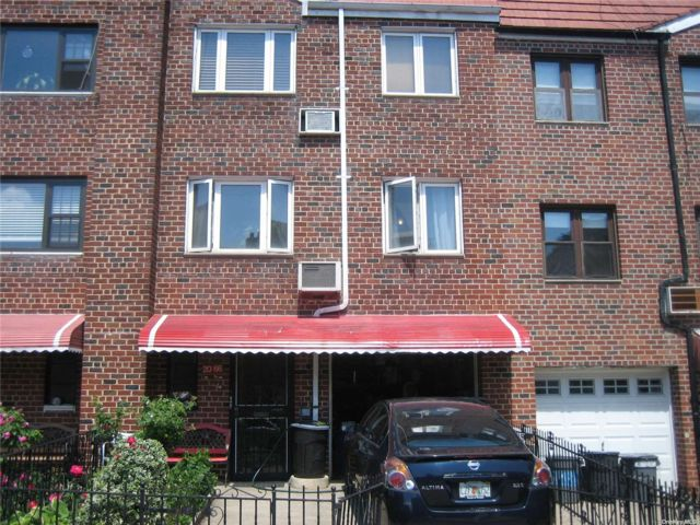 4 BR,  3.00 BTH Colonial style home in Astoria