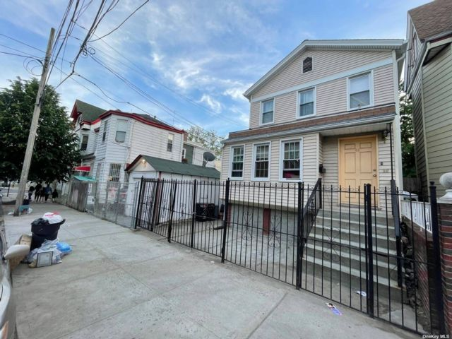 4 BR,  2.00 BTH Colonial style home in Cypress Hills