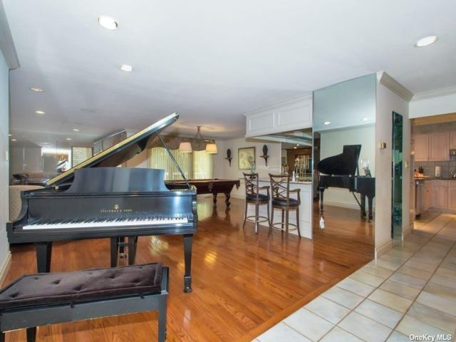4 BR,  4.00 BTH Townhouse style home in Jericho