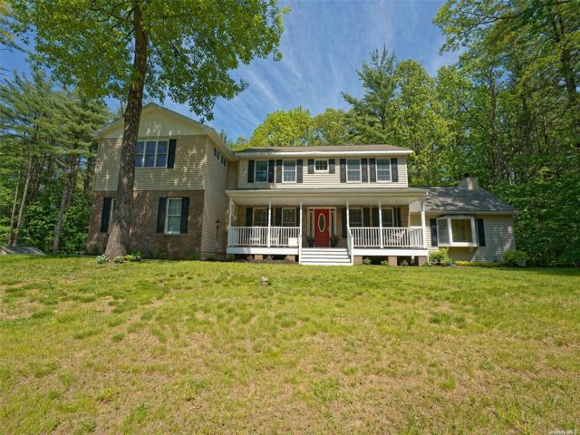 5 BR,  4.00 BTH Colonial style home in Saratoga Springs
