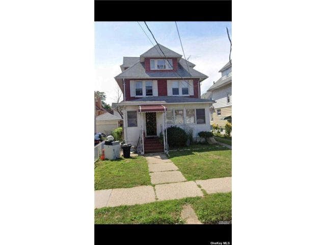 5 BR,  1.00 BTH Colonial style home in Flushing