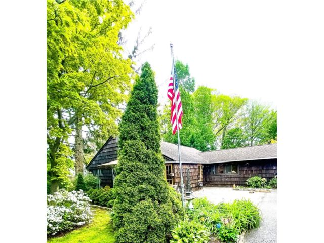 4 BR,  3.00 BTH Ranch style home in Glen Cove