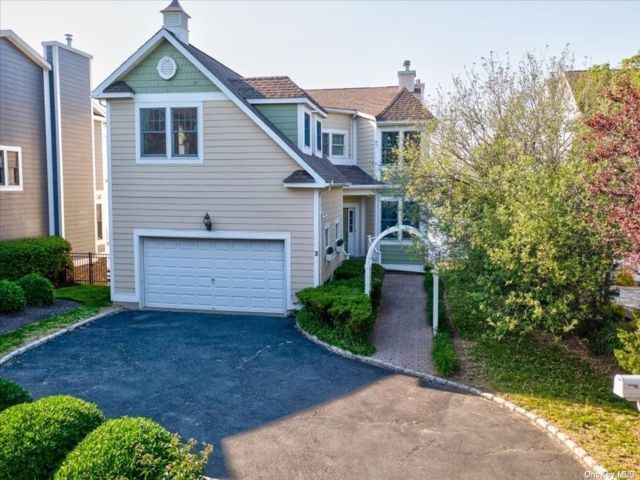 5 BR,  4.00 BTH Colonial style home in Bayville
