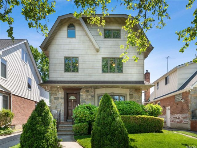 7 BR,  5.00 BTH Colonial style home in Fresh Meadows