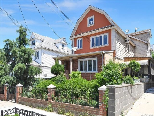 8 BR,  5.00 BTH Colonial style home in Flushing