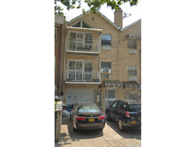 7 BR,  5.00 BTH 2 story style home in Woodside