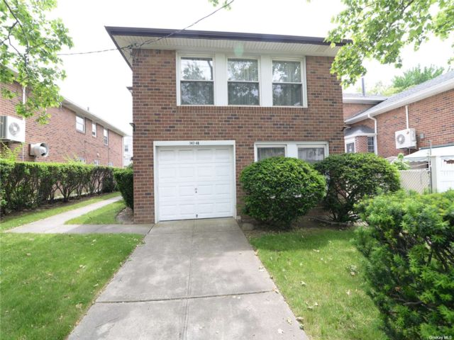 6 BR,  3.00 BTH Split ranch style home in Flushing