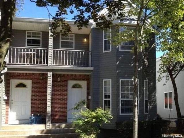 3 BR,  3.00 BTH Multi family style home in Port Washington