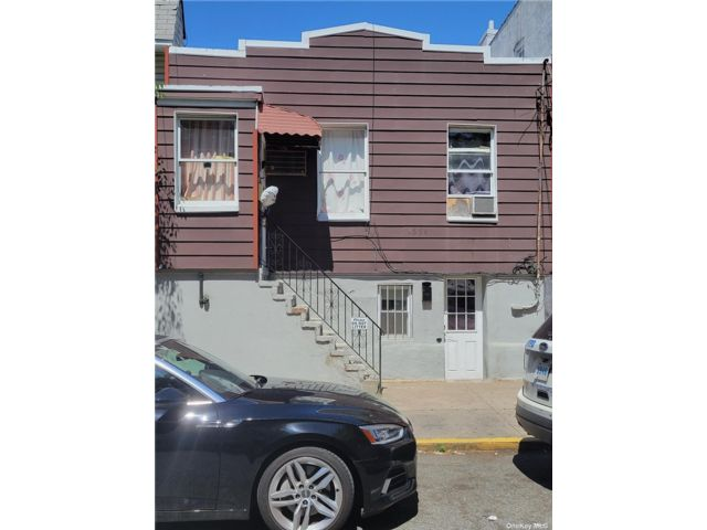 10 BR,  5.00 BTH Other style home in Astoria