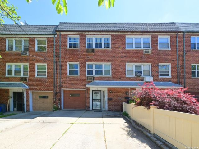 5 BR,  3.00 BTH Townhouse style home in Bayside