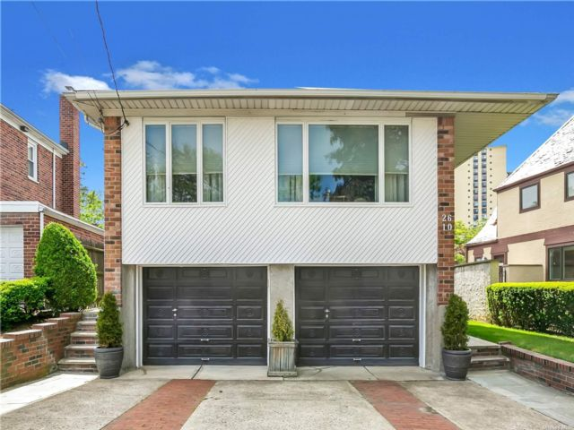 4 BR,  3.00 BTH Hi ranch style home in Bayside