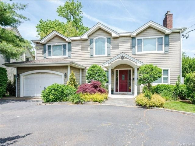 5 BR,  4.00 BTH Colonial style home in Rockville Centre