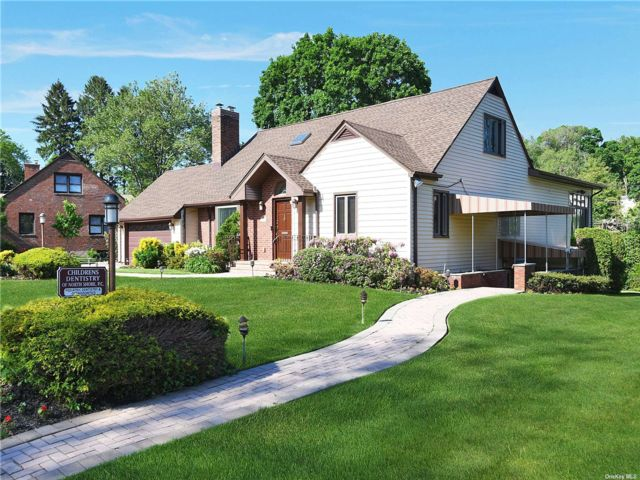 5 BR,  4.00 BTH Farm ranch style home in East Hills