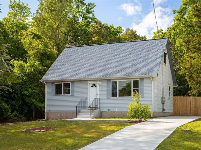 5 BR,  3.00 BTH Cape style home in Shirley