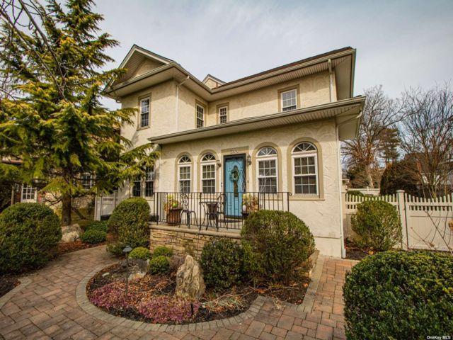 3 BR,  3.00 BTH Colonial style home in Brightwaters
