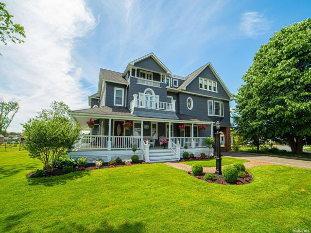 9 BR,  6.00 BTH Victorian style home in Bay Shore