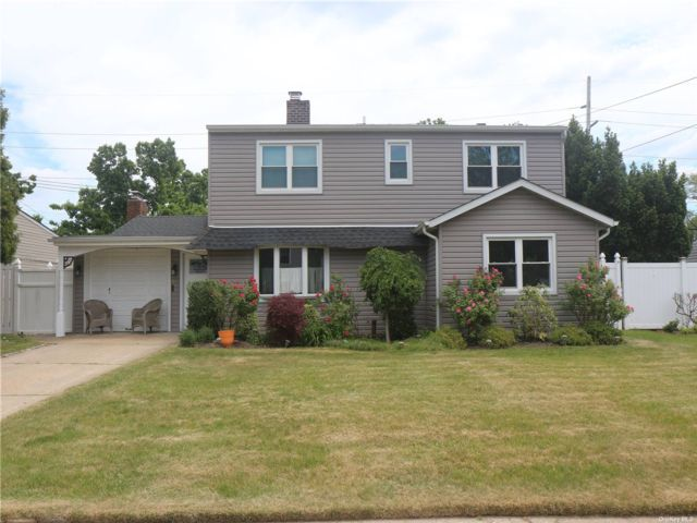 5 BR,  3.00 BTH 2 story style home in Levittown