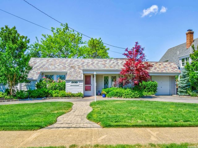 4 BR,  3.00 BTH Ranch style home in Massapequa