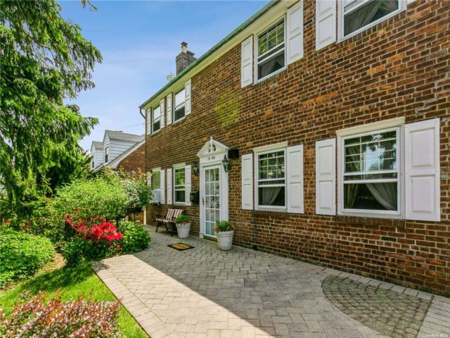 3 BR,  3.00 BTH Colonial style home in Malba