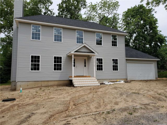 3 BR,  3.00 BTH Colonial style home in Rocky Point