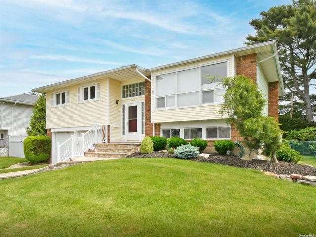 3 BR,  3.00 BTH Hi ranch style home in Bethpage