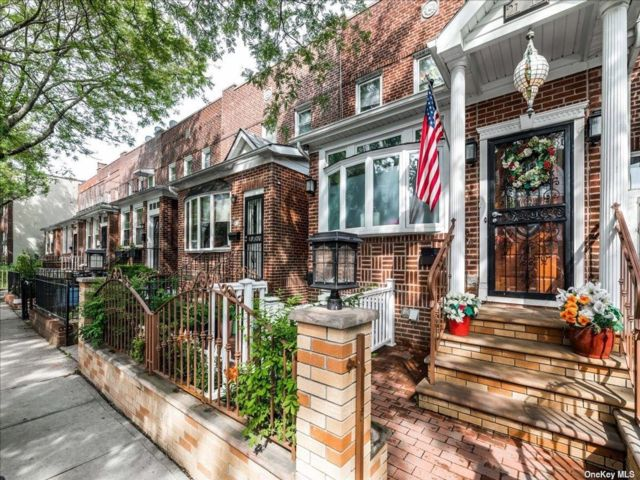 2 BR,  3.00 BTH Colonial style home in Astoria