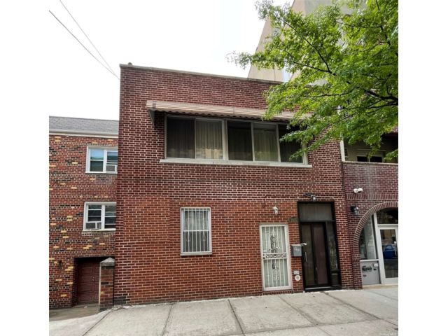 4 BR,  2.00 BTH 2 story style home in Long Island City