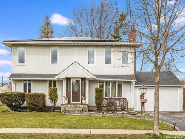 6 BR,  3.00 BTH Colonial style home in Bethpage