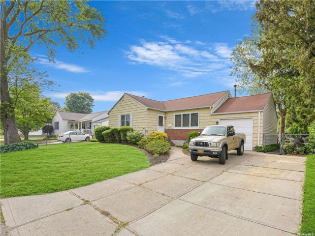 3 BR,  1.00 BTH Ranch style home in Islip