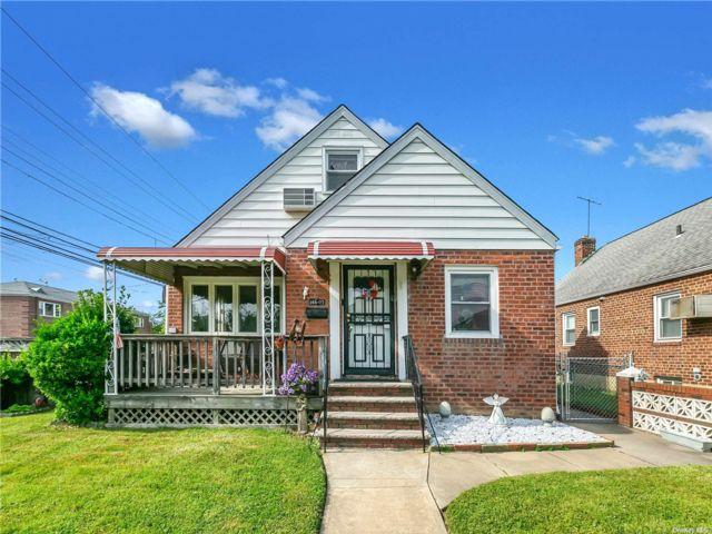 4 BR,  2.00 BTH Cape style home in Whitestone