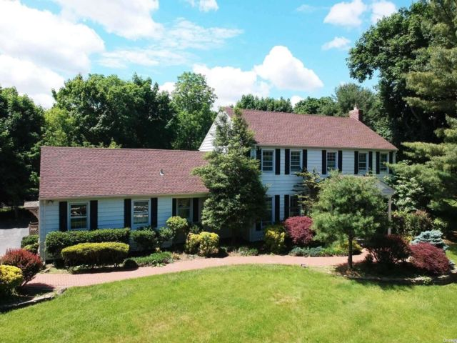 5 BR,  4.00 BTH Colonial style home in Muttontown