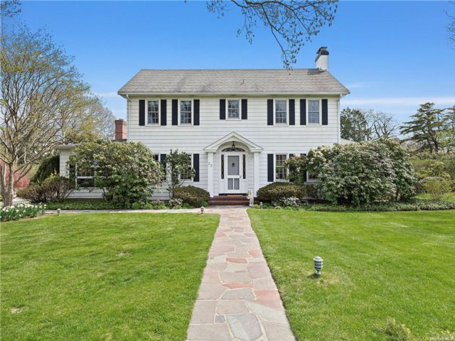 41 BR,  4.00 BTH Colonial style home in Westhampton Bch