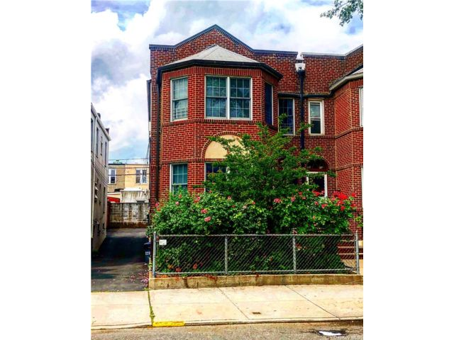 4 BR,  4.00 BTH Townhouse style home in Astoria