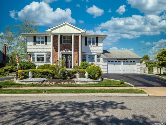 5 BR,  4.00 BTH Colonial style home in Massapequa Park