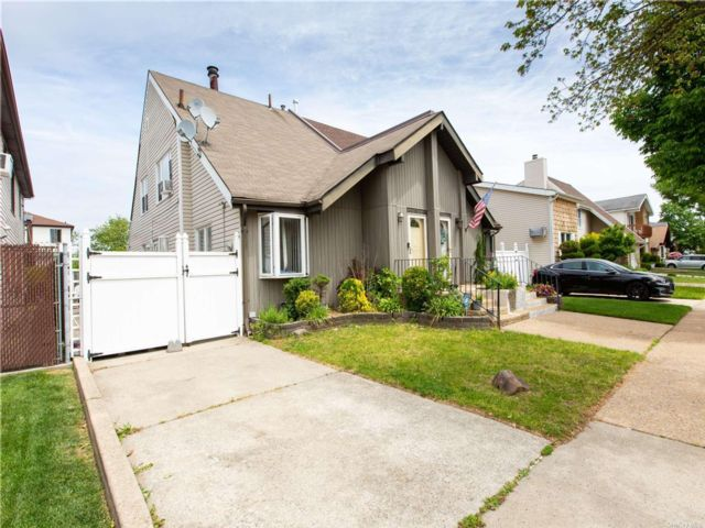 3 BR,  2.00 BTH Other style home in Eltingville