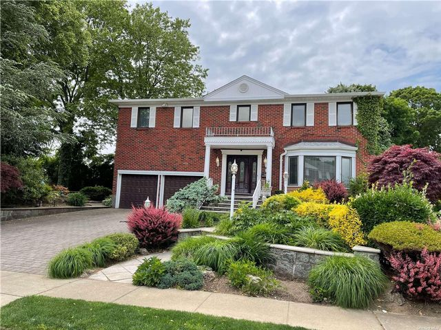 6 BR,  4.00 BTH Colonial style home in Roslyn