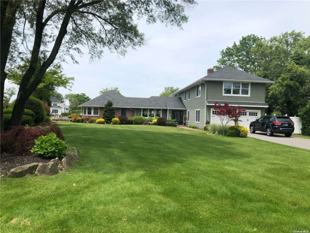 4 BR,  5.00 BTH Post modern style home in West Islip