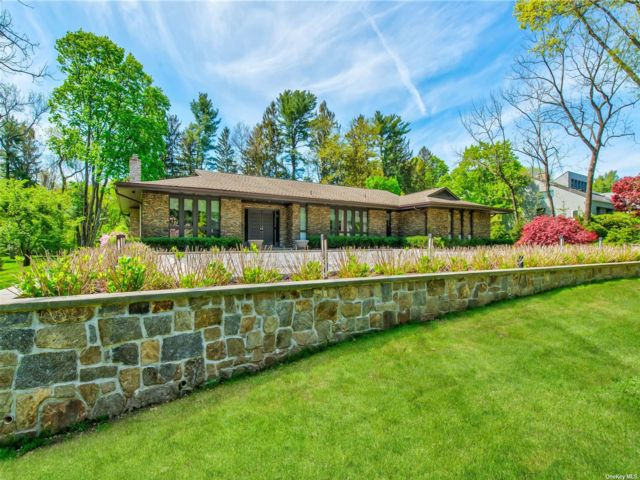 3 BR,  4.00 BTH Ranch style home in Upper Brookville