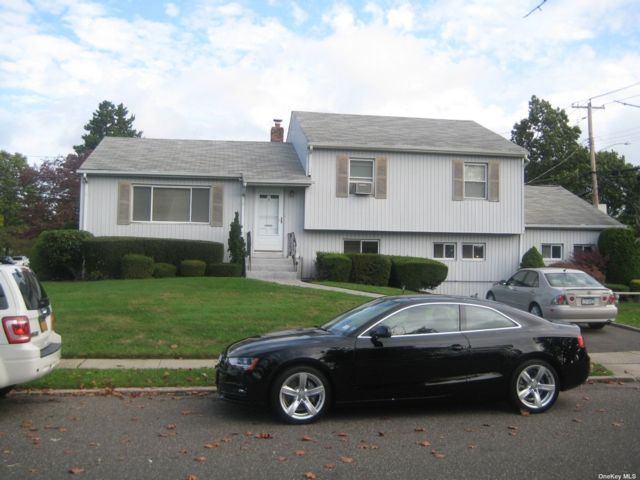 3 BR,  2.00 BTH Split level style home in Syosset