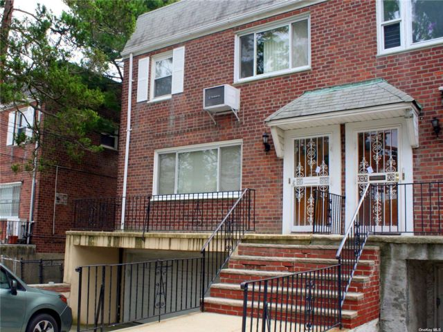 5 BR,  2.00 BTH 2 story style home in Whitestone