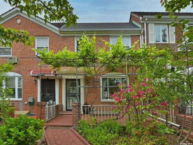 3 BR,  3.00 BTH Townhouse style home in Kew Garden Hills