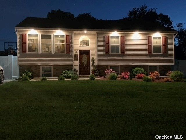 4 BR,  3.00 BTH Hi ranch style home in Bay Shore