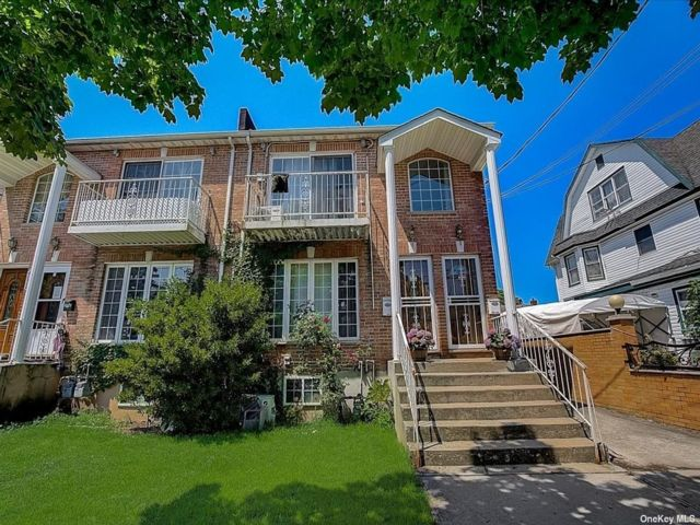 6 BR,  5.00 BTH 2 story style home in Bayside