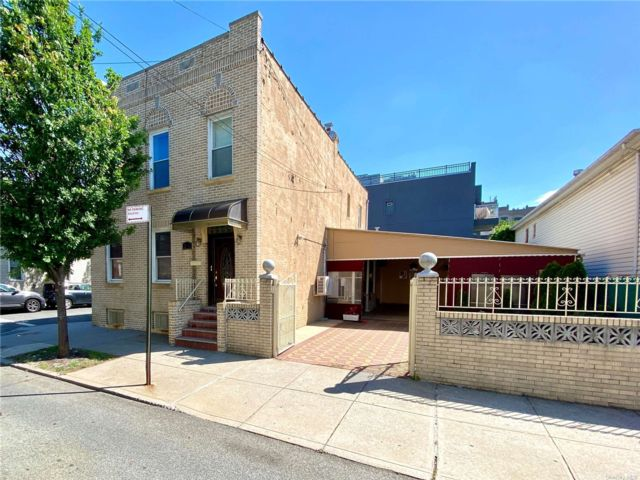5 BR,  3.00 BTH Other style home in Astoria