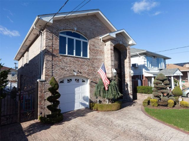 4 BR,  3.00 BTH Colonial style home in Howard Beach