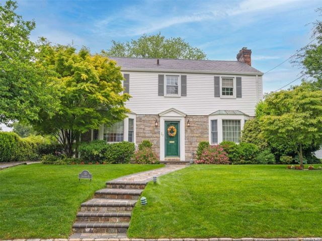 4 BR,  4.00 BTH Colonial style home in Port Washington